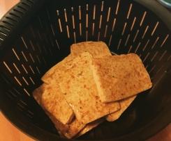 Tofu marinado con verduras tipo pisto acompañado con patatas fritas y queso cheddar