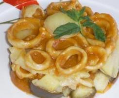 Anillas de calamar sobre cama berenjena y patata al vapor con salsa tomate
